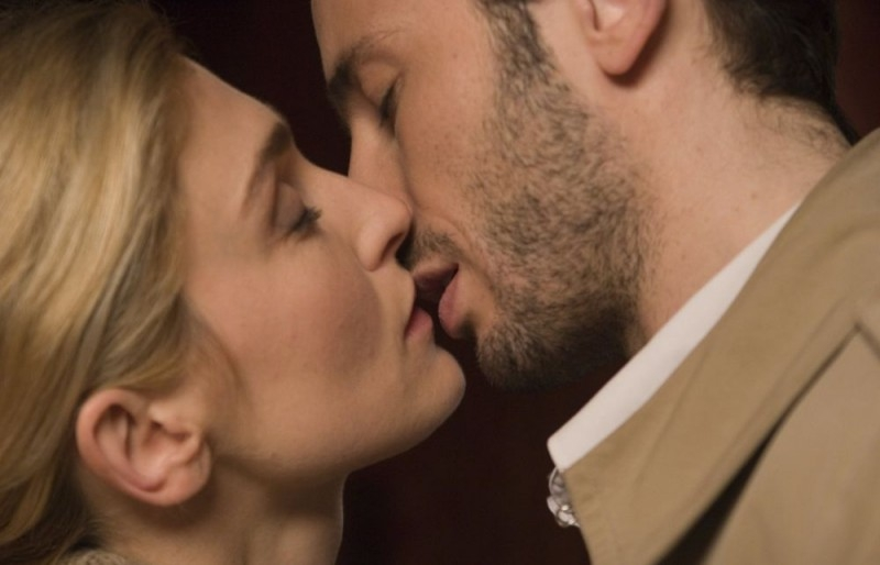 Julie Gayet e Michaël Cohen in una sequenza del film Solo un bacio per favore