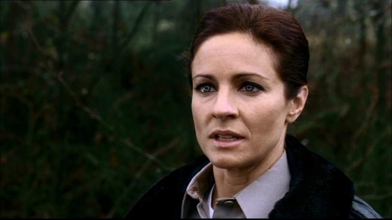 L'agente Kathleen, la poliziotta che aiuta Dean a ritrovare Sam, interpretata da Jessica Steen nell'episodio 'La famiglia Bender' di Supernatural