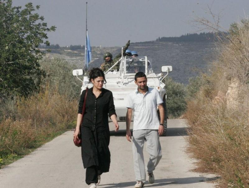 Nada Abou Farhat e Georges Khabbaz in una sequenza del film Sotto le bombe