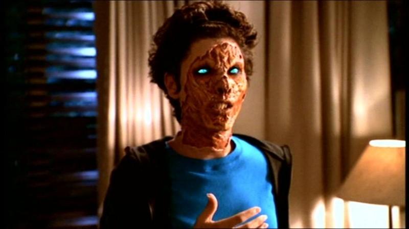 Dagney Kerr getta la maschera in una scena dell'episodio 'Fuga dall'oltretomba' della quarta stagione di Buffy - L'ammazzavampiri