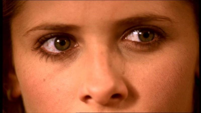 Gli occhi di Sarah Michelle Gellar in una scena dell'episodio 'Fuga dall'oltretomba' della quarta stagione di Buffy - L'ammazzavampiri