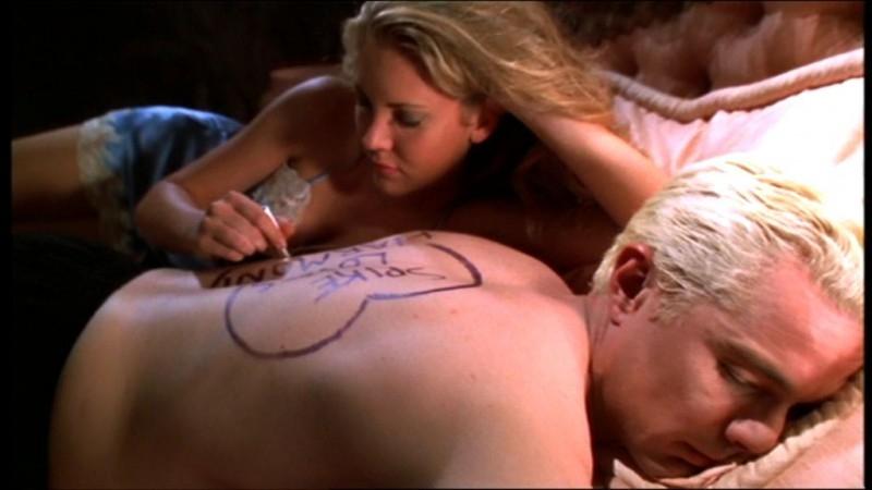 Mercedes McNab e James Marsters in una sequenza dell'episodio 'L'accecante luce del giorno' della quarta stagione di Buffy - L'ammazzavampiri