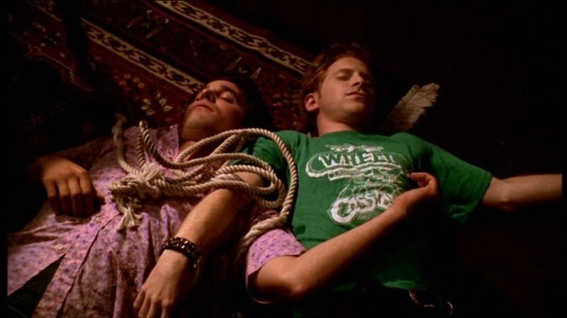 Nicholas Brendon e Seth Green in una scena dell'episodio 'Fuga dall'oltretomba' della quarta stagione di Buffy - L'ammazzavampiri
