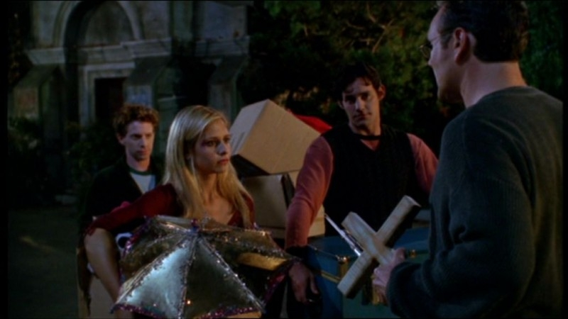 Nicholas Brendon, Sarah Michelle Gellar, Seth Green e Anthony Head in una scena dell'episodio 'La matricola' della quarta stagione di Buffy - L'ammazzavampiri