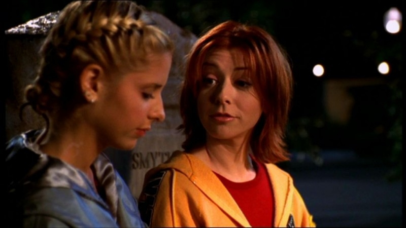 Sarah Michelle Gellar e Alyson Hannigan in una sequenza dell'episodio 'La matricola' della quarta stagione di Buffy - L'ammazzavampiri