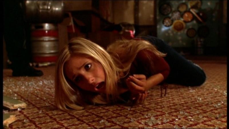 Sarah Michelle Gellar nei guai in una scena dell'episodio 'La matricola' della quarta stagione di Buffy - L'ammazzavampiri