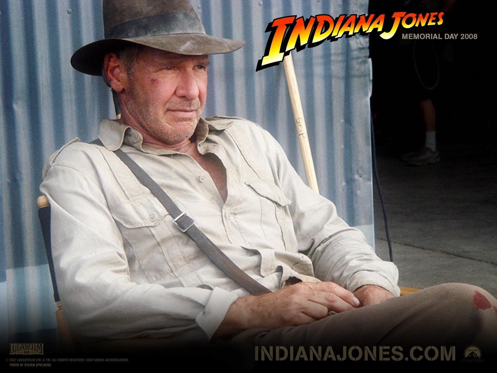 Wallpaper del film Indiana Jones e il Regno del Teschio di Cristallo con Harrison Ford sul set