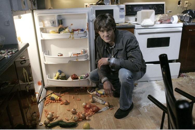 Jared Padalecki in un momento di pausa sul set di Supernatural, episodio 'Ritorno a casa'