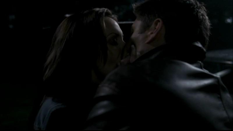 Anne Openshaw, nel ruolo della vampira Kate, mentre bacia Dean, Jensen Ackles, nell'episodio 'Dead man's blood' di Supernatural