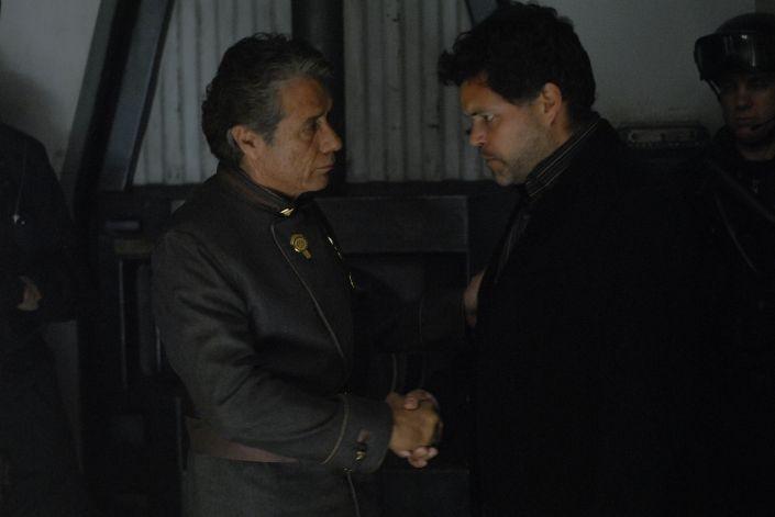 Edward James Olmos e Aaron Douglas in una scena dell'episodio 'The Ties That Bind' della quarta stagione di Battlestar Galactica