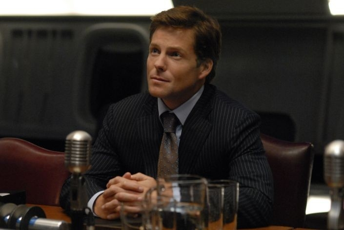 Jamie Bamber in una scena dell'episodio 'The Ties That Bind' della quarta stagione di Battlestar Galactica