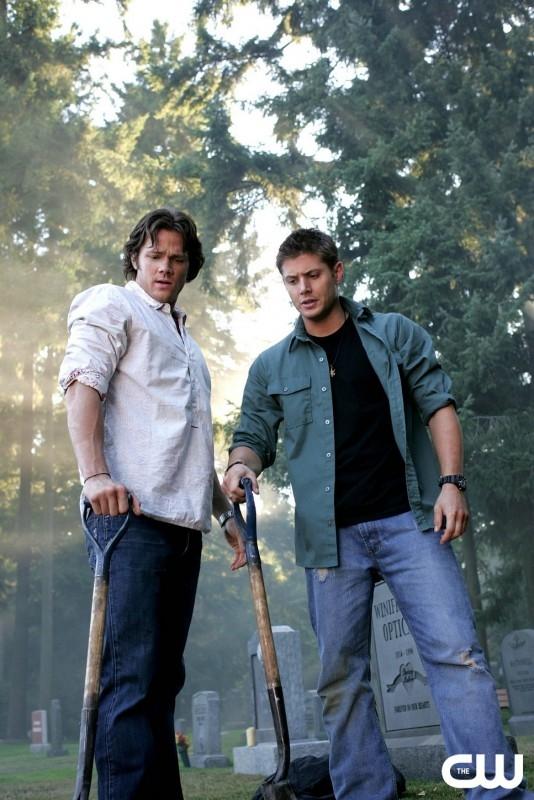 Jared Padalecki con Jensen Ackles nell'episodio 'Quello che è morto dovrebbe restare morto' della serie Supernatural