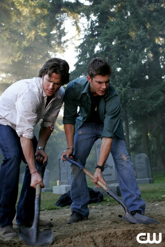 Jared Padalecki e Jensen Ackles in una scena di 'Children shouldn't play with dead things' della serie Supernatural