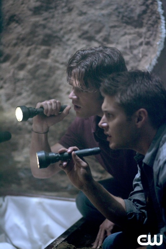 Jared Padalecki accanto a Jensen Ackles nell'episodio 'Children shouldn't play with dead things' della serie Supernatural