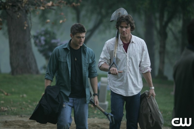 Jared Padalecki e Jensen Ackles nell'episodio 'Children shouldn't play with dead things' di Supernatural (stagione 2)