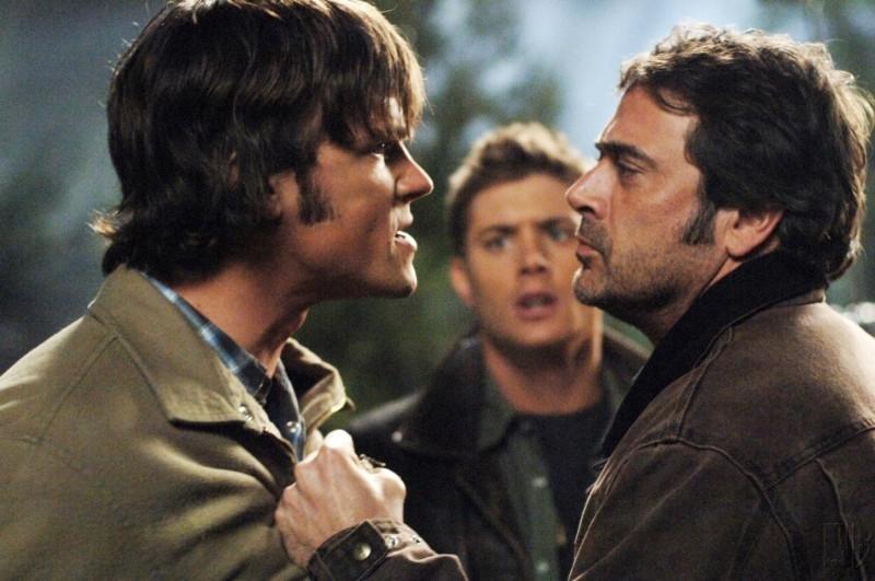 Jeffrey Dean Morgan, Jensen Ackles e Jared Padalecki, la famiglia Winchester al completo, mentre hanno una discussione nell'episodio 'Una pistola dal passato' di Supernatural