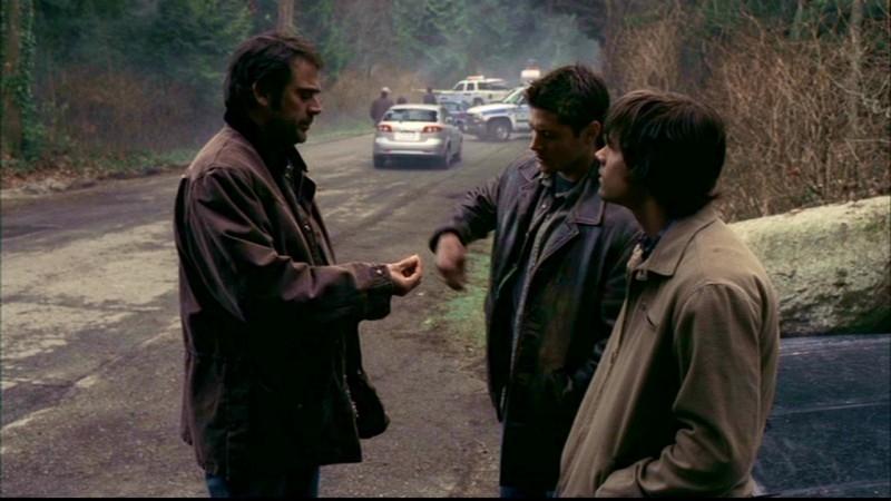 Jeffrey Dean Morgan, Jensen Ackles e Jared Padalecki, la famiglia Winchester al completo, nell'episodio 'Una pistola dal passato' di Supernatural
