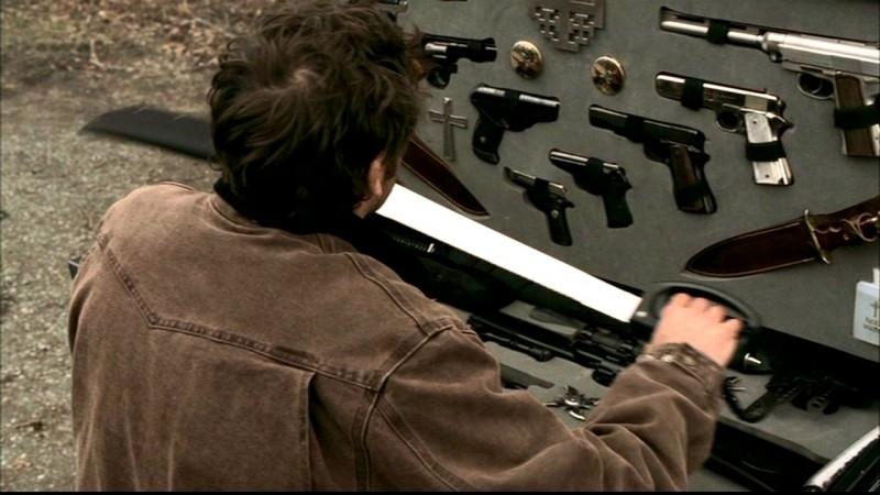 Jeffrey Dean Morgan, nel ruolo di John Winchester, si prepara a decapitare qualche vampiro nell'episodio 'Una pistola dal passato' di Supernatural