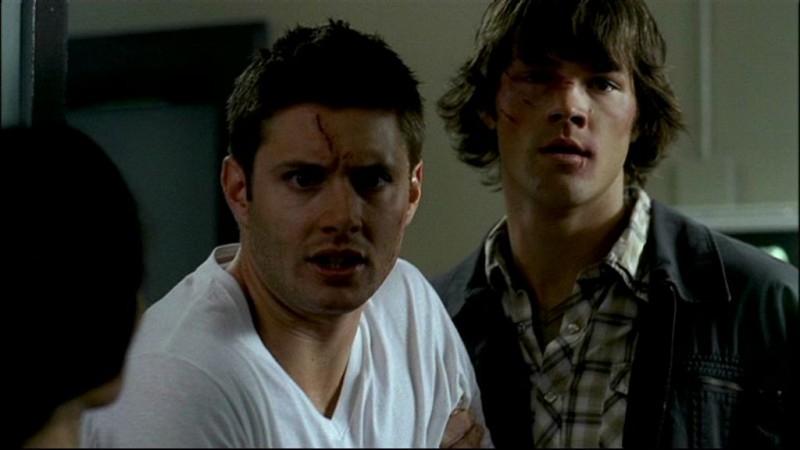 Jensen Ackles e Jared Padalecki, nei panni dei fratelli Winchester assistono alla morte del padre nell'episodio, 'In my time of dying'
