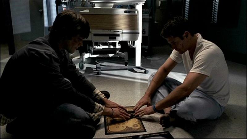 Jensen Ackles e Jared Padalecki, nei panni dei fratelli Winchester mentre tentano di comunicare con una tavoletta oujia nell'episodio, 'In my time of dying'