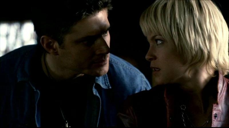 Jensen Ackles e Nicki Lynn Aycox, durante la scena dell'esorcismo nell'episodio 'La trappola del diavolo' di Supernatural