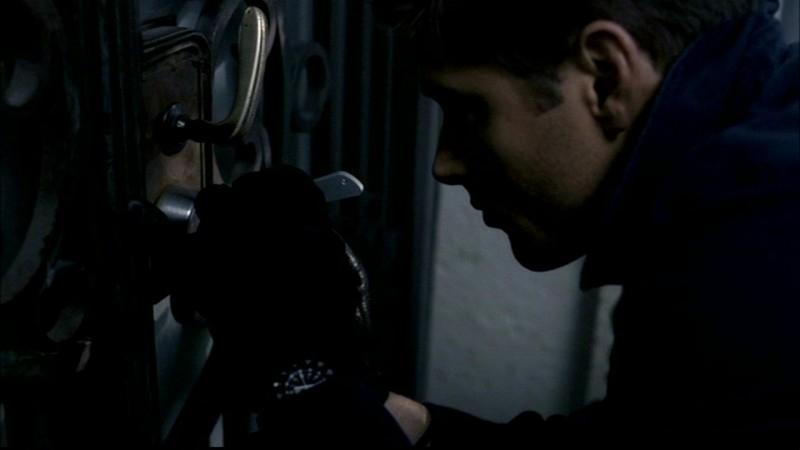 Jensen Ackles impegnato in una delle normali attività di Dean Winchester, nell'episodio 'Il quadro maledetto' di Supernatural