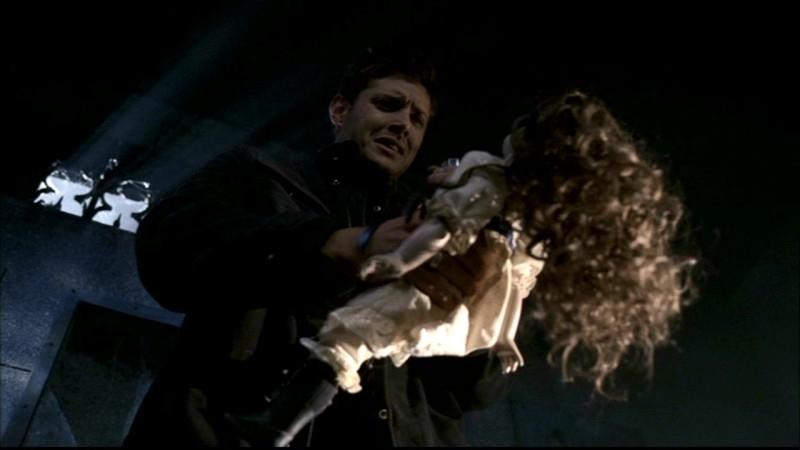 Jensen Ackles mentre sta per dare alle fiamme una bambola , nell'episodio 'Il quadro maledetto' di Supernatural