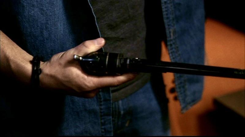 Jensen Ackles mentre tiene tra le mani la Colt, la straordinaria arma in grado di uccidere i demoni,  nell'episodio 'La trappola del diavolo' di Supernatural