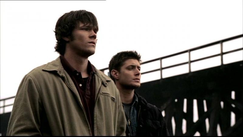 Jensen Ackles, nei panni di Dean Winchester, e Jared Padalecki nell'episodio 'Una città da salvare'' di Supernatural