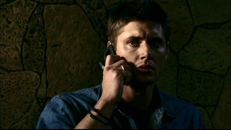 Jensen Ackles, nel ruolo di Dean Winchester, al telefono con il demone Meg, nell'episodio 'La trappola del diavolo' di Supernatural