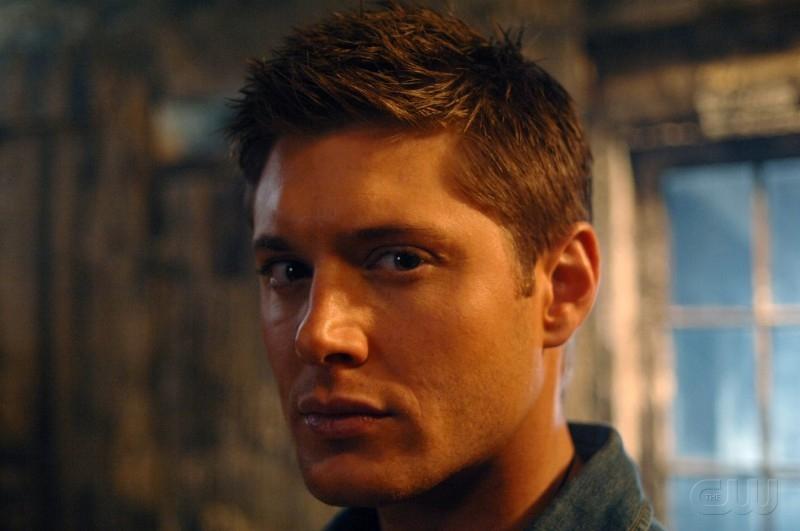 Jensen Ackles, nel ruolo di Dean Winchester, ha appena saputo che suo padre è prigioniero di un demone, nell'episodio 'La trappola del diavolo' di Supernatural
