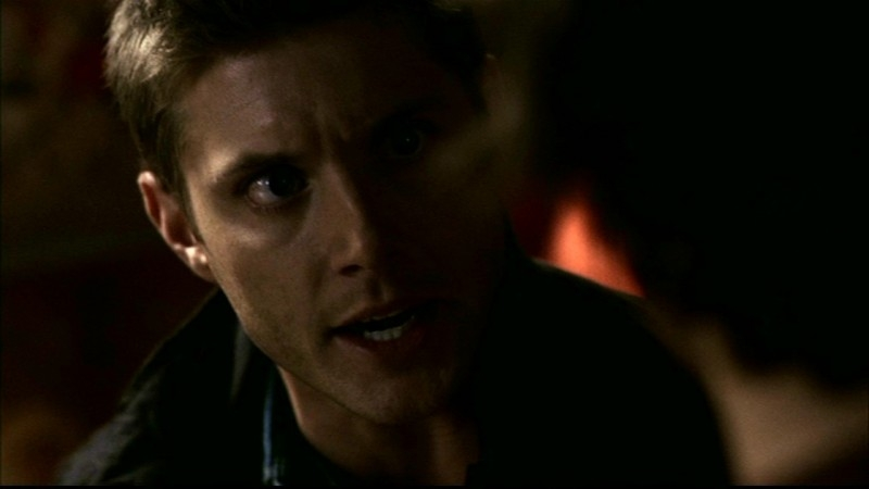 Jensen Ackles, nel ruolo di Dean Winchester, mentre fa valere il suo ruolo di fratello maggiore, nell'episodio 'La trappola del diavolo' di Supernatural