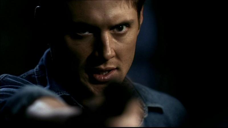 Jensen Ackles, nel ruolo di Dean Winchester, mentre tiene sotto tiro John, posseduto da un demone, nell'episodio 'La trappola del diavolo' di Supernatural