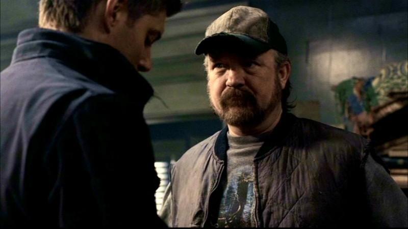 Jim Beaver, nel ruolo di Bobby Singer, e Jensen Ackles, nel ruolo di Dean Winchester,  nell'episodio 'La trappola del diavolo' di Supernatural
