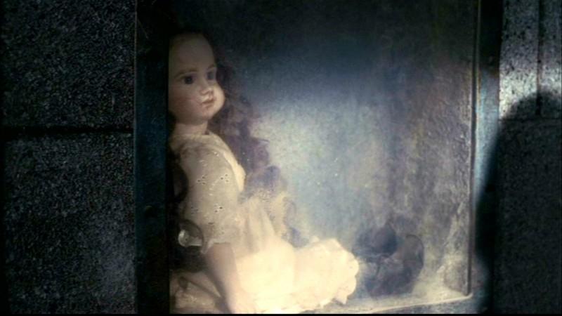 La bambola che Dean Winchester sta per dare alle fiamme in 'Il quadro maledetto' di Supernatural