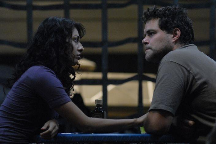 Rekha Sharma e Aaron Douglas in una scena dell'episodio 'The Ties That Bind' della quarta stagione di Battlestar Galactica