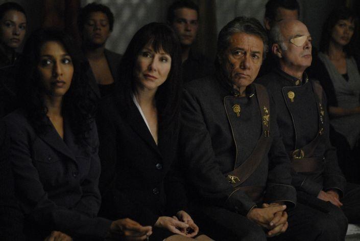 Rekha Sharma, Mary McDonnell, Edward James Olmos e Michael Hogan in una scena dell'episodio 'The Ties That Bind' della quarta stagione di Battlestar Galactica