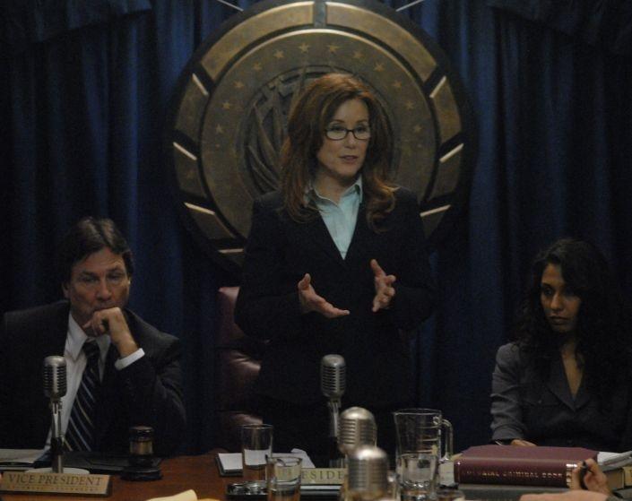 Richard Hatch, Mary McDonnell e Rekha Sharma in una scena dell'episodio 'The Ties That Bind' della quarta stagione di Battlestar Galactica