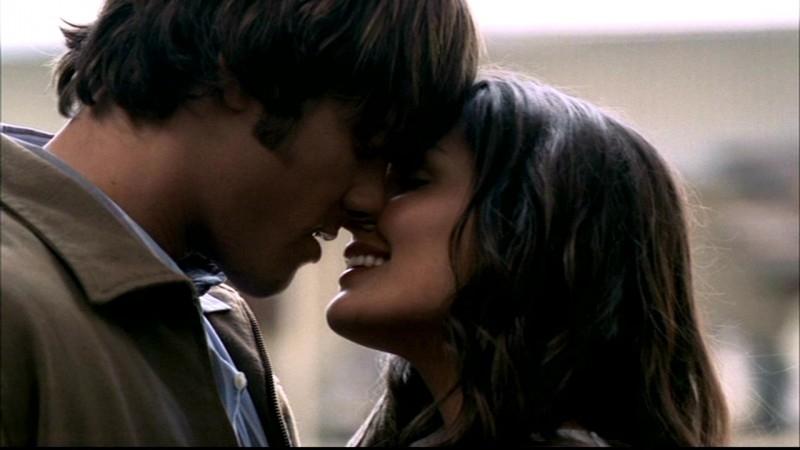 Taylor Cole e Jared Padalecki, alla fine dell'episodio 'Il quadro maledetto' di Supernatural, dove Sam prende finalmente l'iniziativa con Sarah.