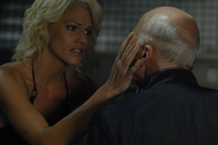 Tricia Helfer e Michael Hogan in una scena dell'episodio 'Escape Velocity' della quarta stagione di Battlestar Galactica