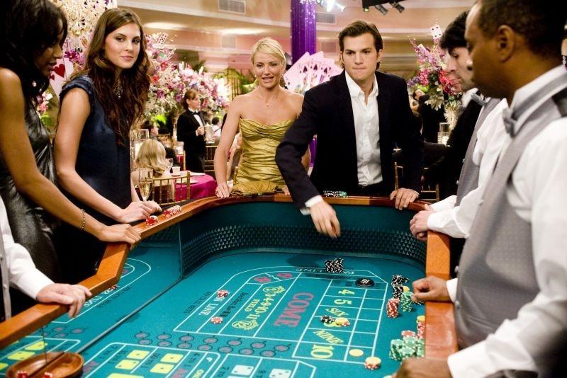 Cameron Diaz e Ashton Kutcher al tavolo da gioco in una scena di Notte brava a Las Vegas
