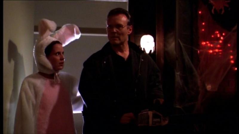 Emma Caulfield e Anthony Head in una scena dell'episodio 'Il sapore del terrore' della quarta stagione di Buffy - L'ammazzavampiri