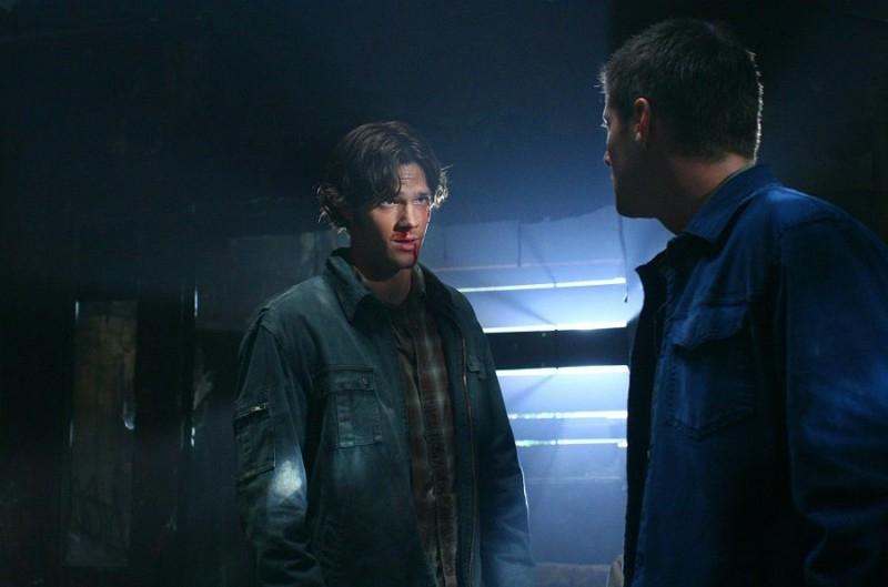 Jared Padalecki accanto a Jensen Ackles nell'episodio 'Hunted' della serie tv Supernatural
