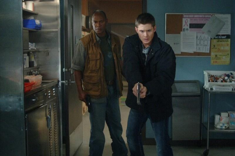 Jensen Ackles e Bobby Hosea nell'episodio 'Croatoan' della serie Supernatural