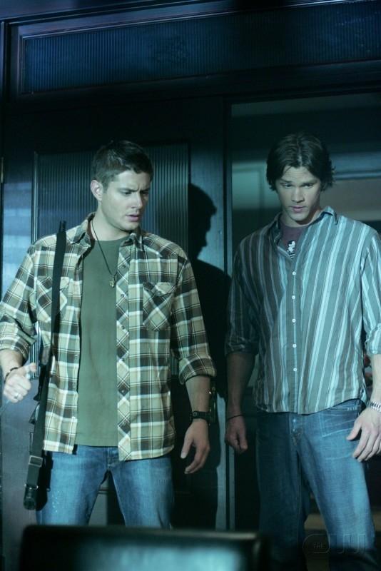 Jensen Ackles e Jared Padalecki nell'episodio Ostaggi nella notte della serie tv Supernatural