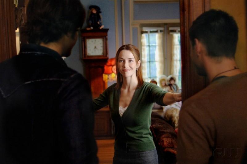Jensen Ackles e Jared Padalecki con Annie Wersching nell'episodio 'Playthings' della serie Supernatural