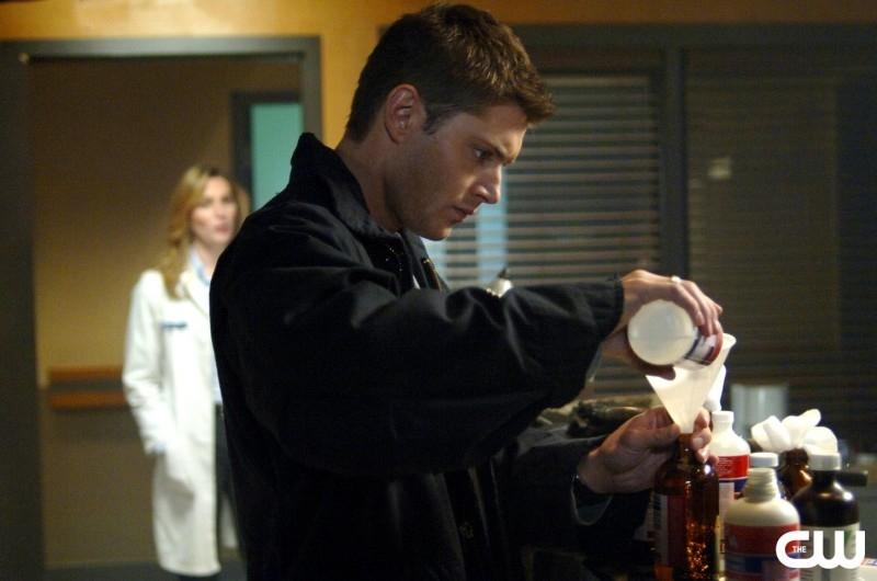 Jensen Ackles nel ruolo di Dean Winchester mentre prepara delle bombe molotov nell'episodio 'Croatoan' della serie Supernatural
