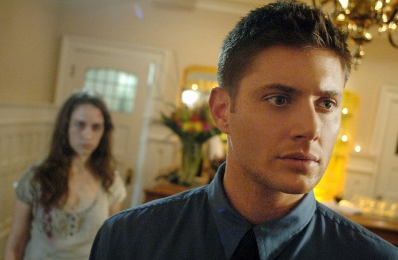 Jensen Ackles e Melanie Scrofano nell'episodio 'What is and What should never be' della serie Supernatural