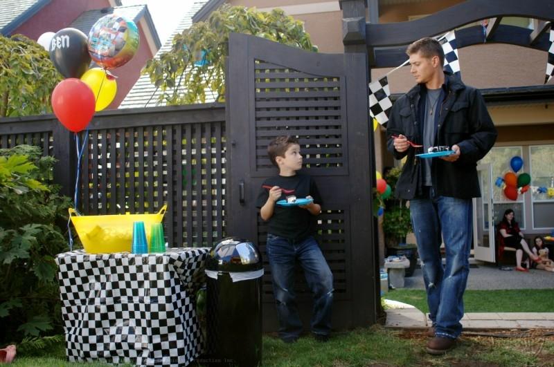 Jensen Ackles con il piccolo Nicholas Elia nell'episodio 'The Kids are alright' della serie Supernatural