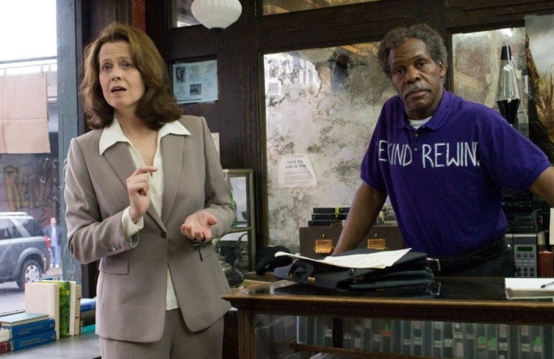 Sigourney Weaver e Danny Glover in una scena del film Be Kind Rewind